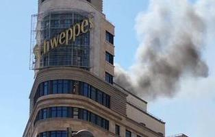 Un incendio en el edificio de Schweppes y los cines Capitol cubre de humo la Gran Vía