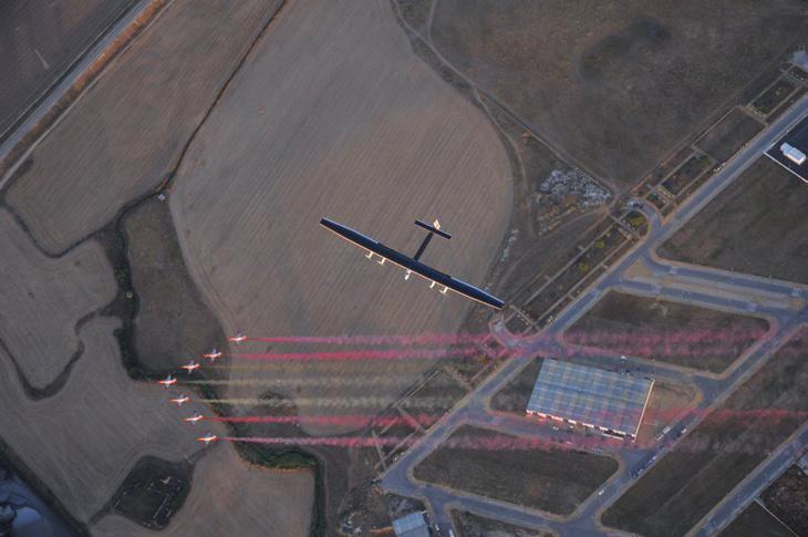 El 'Solar Impulse II' escoltado por la Patrulla Águila / Foto: @patrullaguila
