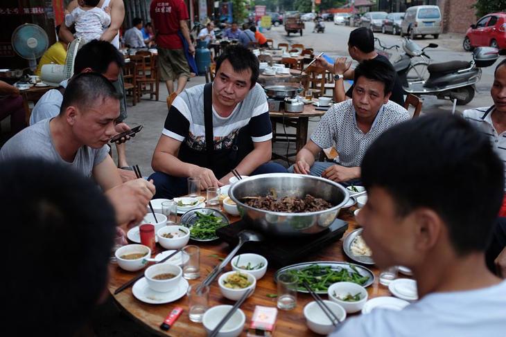 Se cree que comer carne de perro y lichis ayuda a combatir el calor del verano