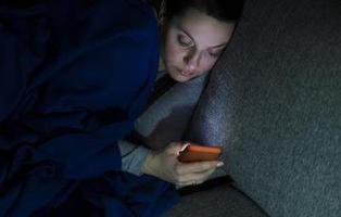 Mirar el móvil en la cama con un solo ojo puede provocarte ceguera