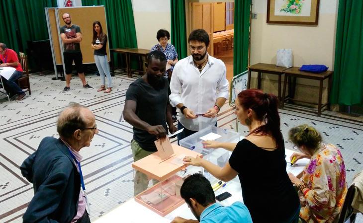 Miguel Ángel Vázquez cede su voto a un inmigrante (Twitter)