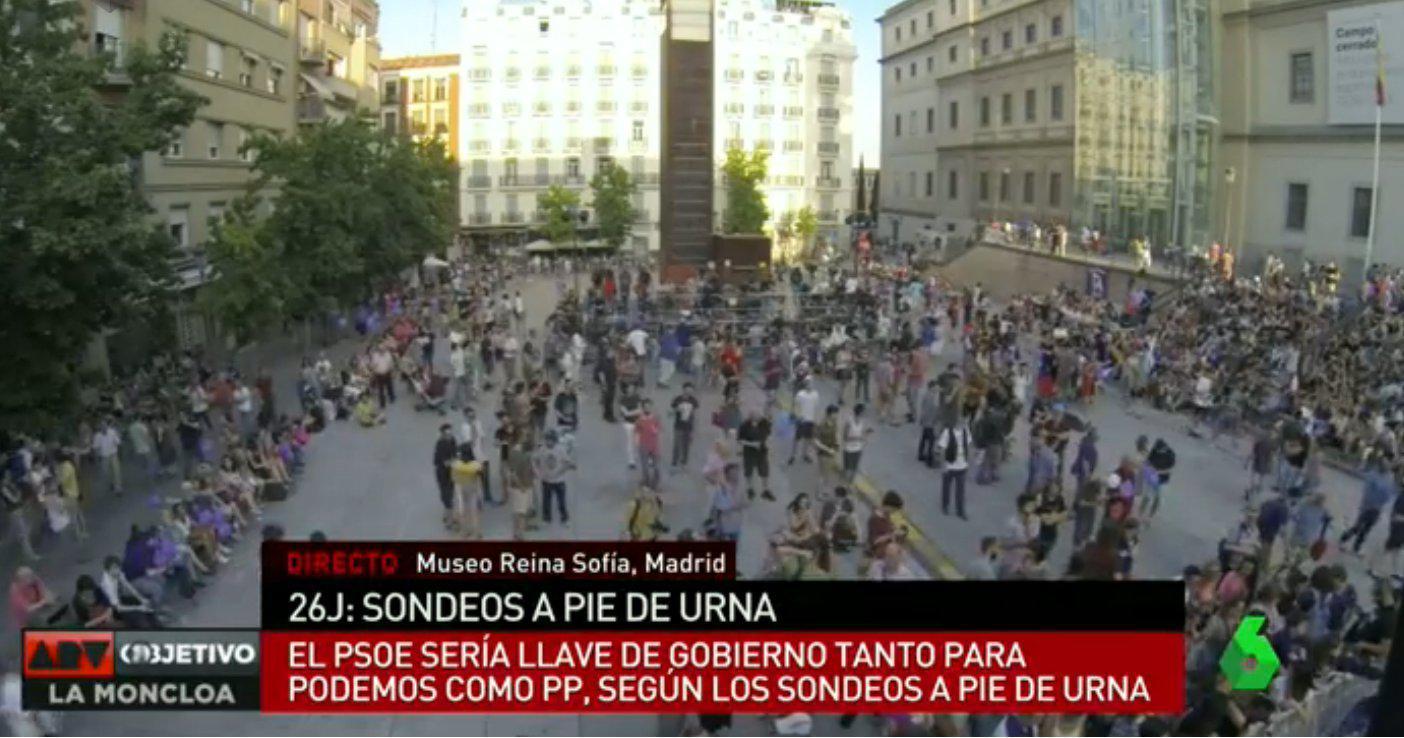 Globos morados Y ROJOS en el escenario de Podemos del Museo Reina Sofía