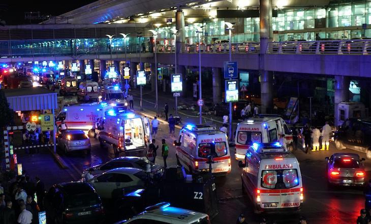 Entrada del aeropuerto de El Atatürk tras el atentado