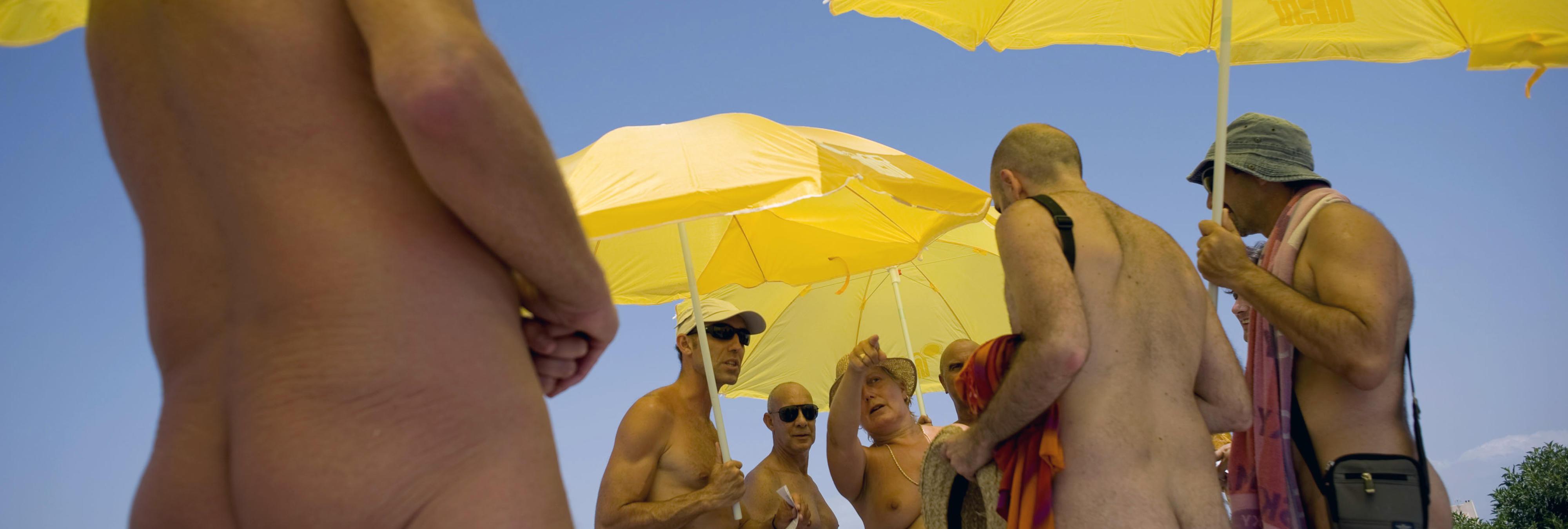 Carmena da luz verde a un día nudista en las piscinas de Madrid