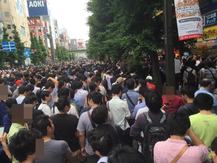 Gente esperando a entrar en la feria (2ch.com)