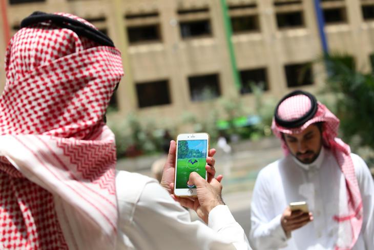 Dos hombres de Arabia Saudí jugando a 'Pokémon Go'