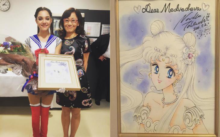 La creadora de Sailor Moon junto a Evgenia y su regalo