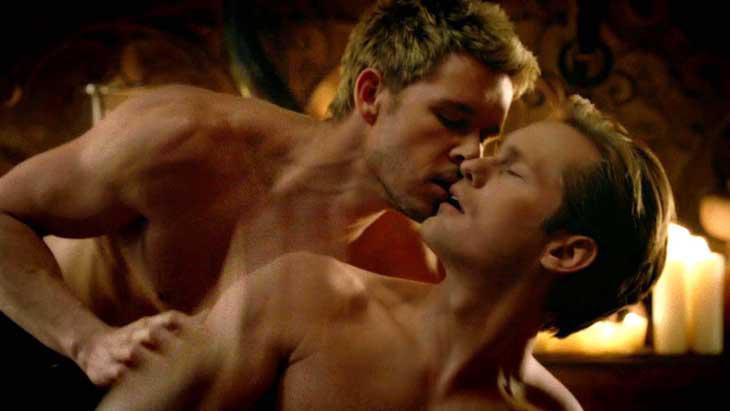 AlexanderSkarsgård ya besó a otro hombre en 'True Blood'.