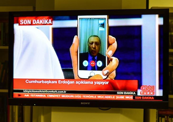 Erdogan intenta detener el golpe desde su móvil