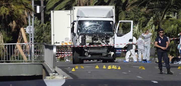 El camión, destrozado por los disparos que abatieron al terrorista