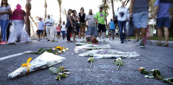 Los vecinos y turistas dejando flores en el lugar donde murieron 84 personas