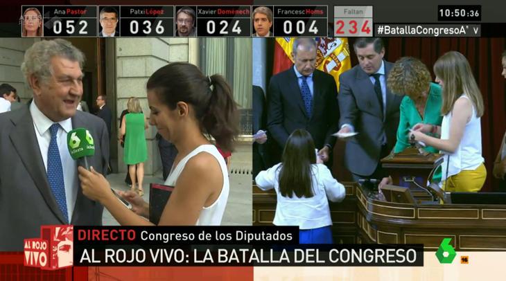 ¡Ana Pastor (la periodista) cazada con el móvil mientras entrevista a Jesús Posada!