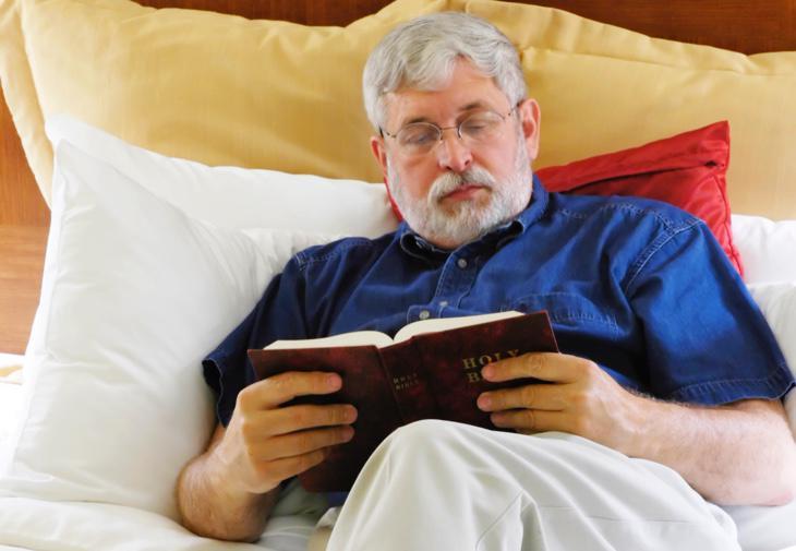 Un hombre lee la Biblia