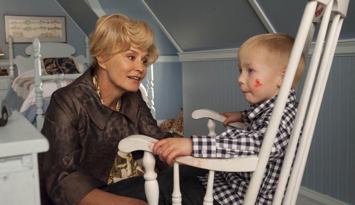 Constance con su nieto, el supuesto Anticristo
