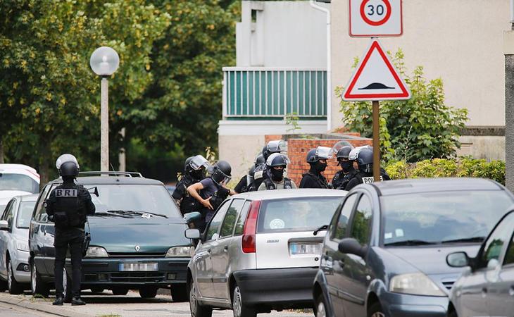 Policías alrededor de la iglesia de Normandía en la que se ha producido el ataque