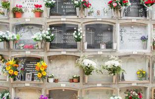 Ataúdes al aire libre: así se deshace el cementerio de Móstoles de los féretros usados