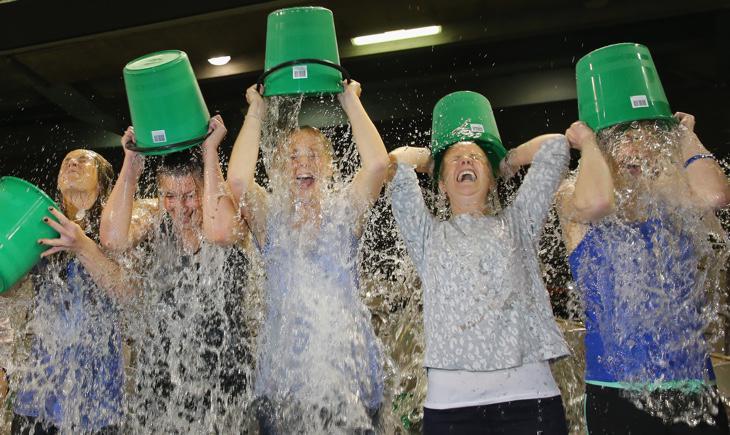 Un grupo de mujeres realiza el Ice Bucket Challenge en Melbourne