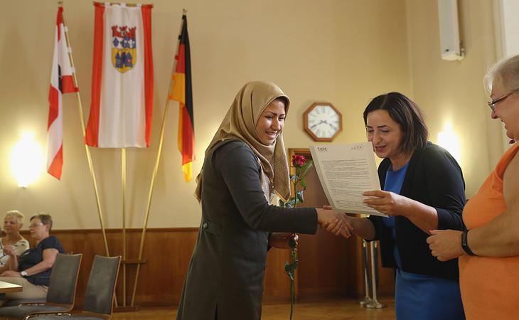 Una refugiada afgana recibe un diploma en Berlín por completar un curso de alemán