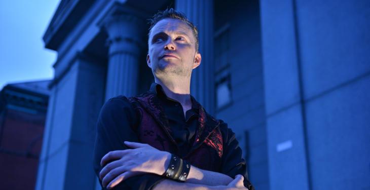 Lucien Greaves (o Doug Mesner) frente a un edificio de Salem