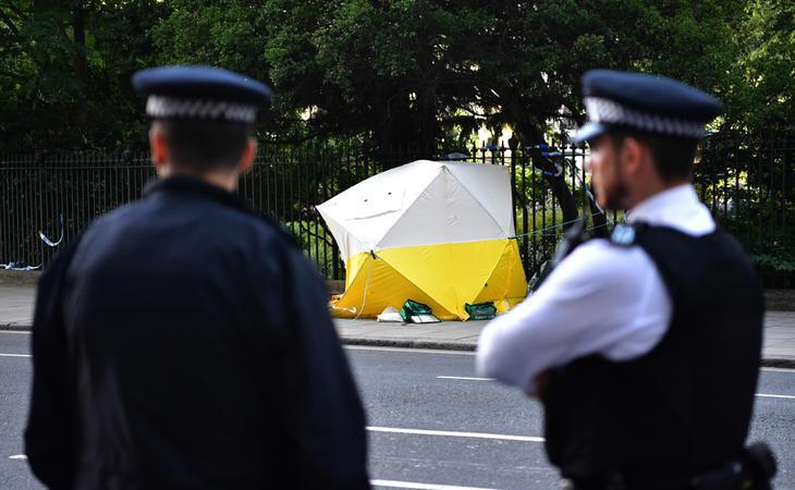 Dos agentes vigilan el lugar del ataque en el centro de Londres