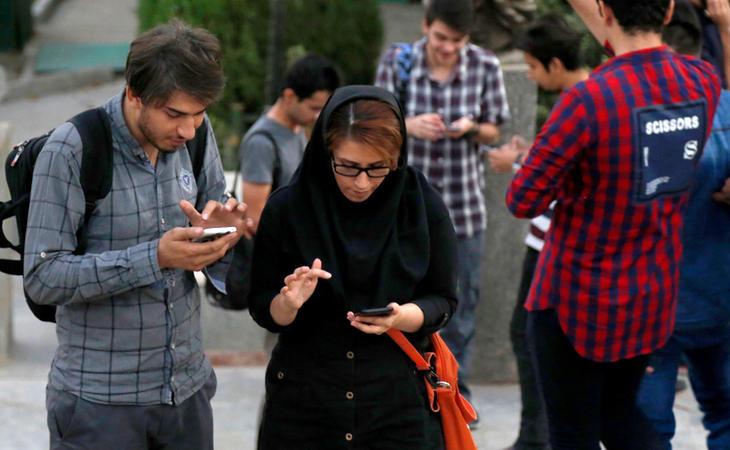 Jugadores de 'Pokémon Go' en un parque de Teherán