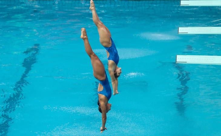 Competición de saltos con el agua cristalina