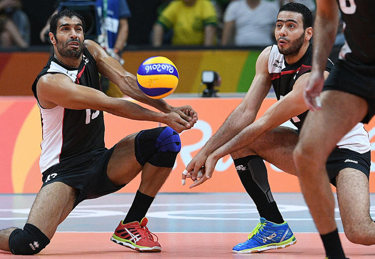 Mientras tanto, los hombres juegan a voleibol sin comentarios sobre su vestuario