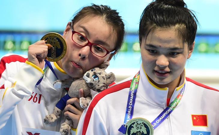 Fu Yuanhui, en otra de sus espontáneas reacciones al recibir la medalla