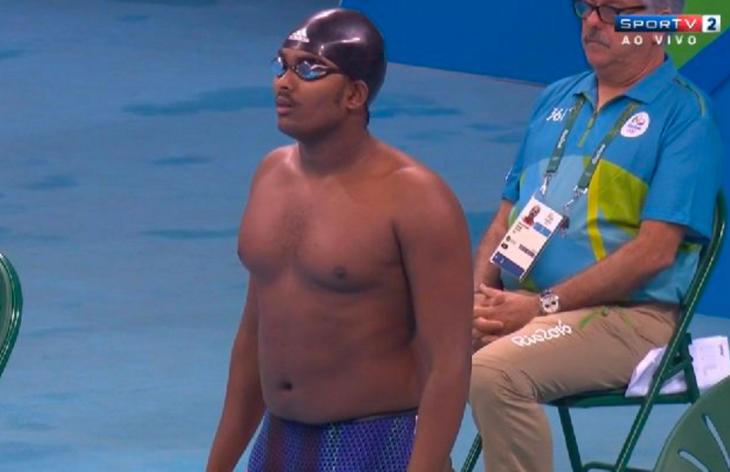 Robel Kiros Habte antes de saltar a la piscina (Twitter)