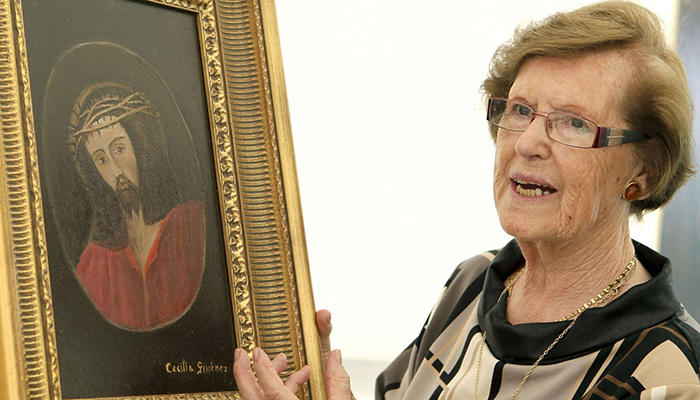 Cecilia Giménez con una de sus obras