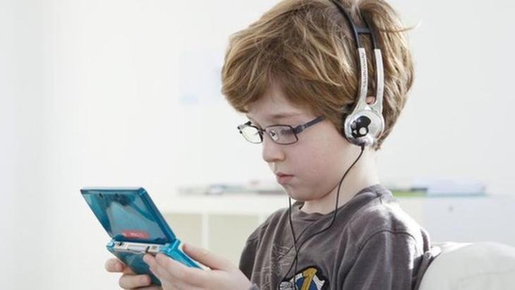 Jugar a videojuegos no es incompatible con sacar malas notas.