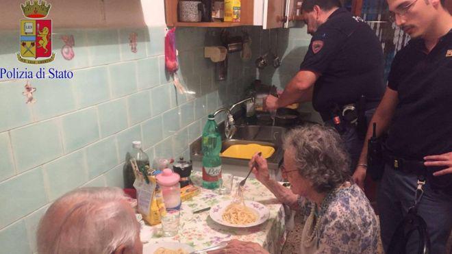Los cuatro policías cocinaron para los ancianos Jole y Michele