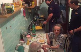 La historia de los policías que, cocinando para dos ancianos, se han ganado los corazoncitos de los internautas