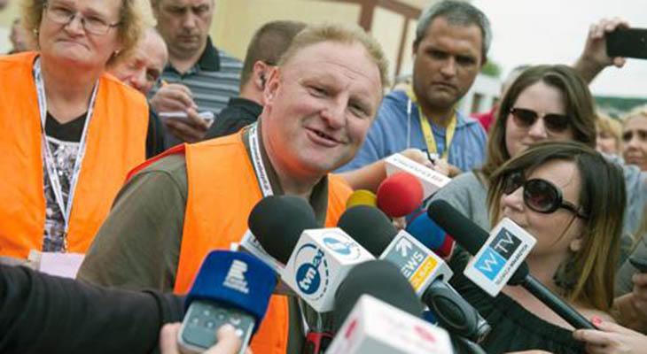 Koper atendiendo a la prensa