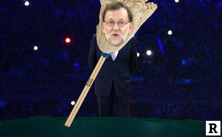 Rajoy caminando muy rápido para entrar en el disfraz de fregona