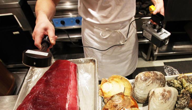Un restaurante de Manhattan comprueba los niveles de radiación del atún empleado en sushi