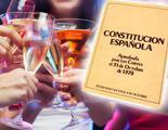 Una mujer ebria recita la Constitución sobre el taburete de un bar al intentar ser detenida por la Policía