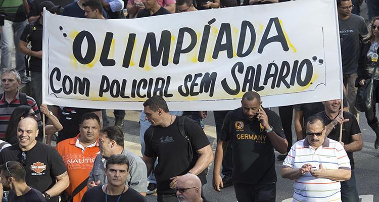 Manifestación de policías a los que han pagado el sueldo a plazos