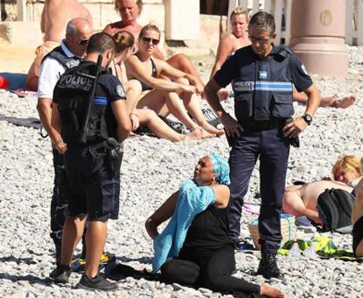 Prohíben compartir fotografías de policías haciendo cumplir la norma del burkini en Francia
