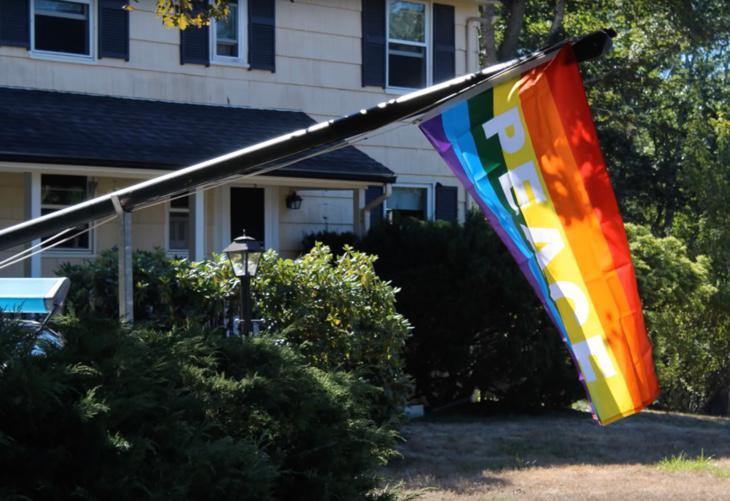 Una de las banderas que los vecinos colgaron