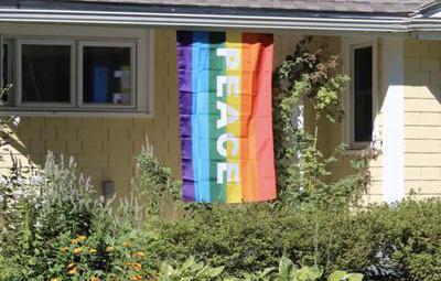 Destrozaron la bandera LGTB de esta pareja, así que sus 40 vecinos las pusieron en sus propias casas
