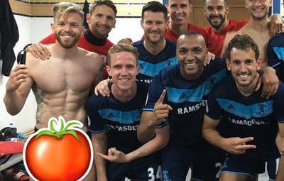 Al futbolista Adam Clayton se le escapó más de lo previsto en esta foto de vestuario