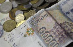 Los españoles tenemos 273.000 millones de pesetas sin cambiar a euros