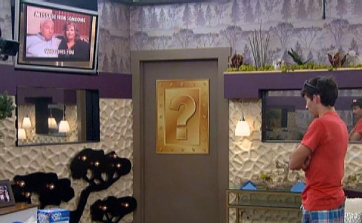 Un concursante de 'BB USA' frente a la caja/puerta de Pandora
