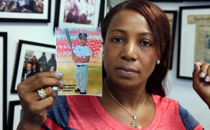 Maribel Martínez con una foto de su hijo