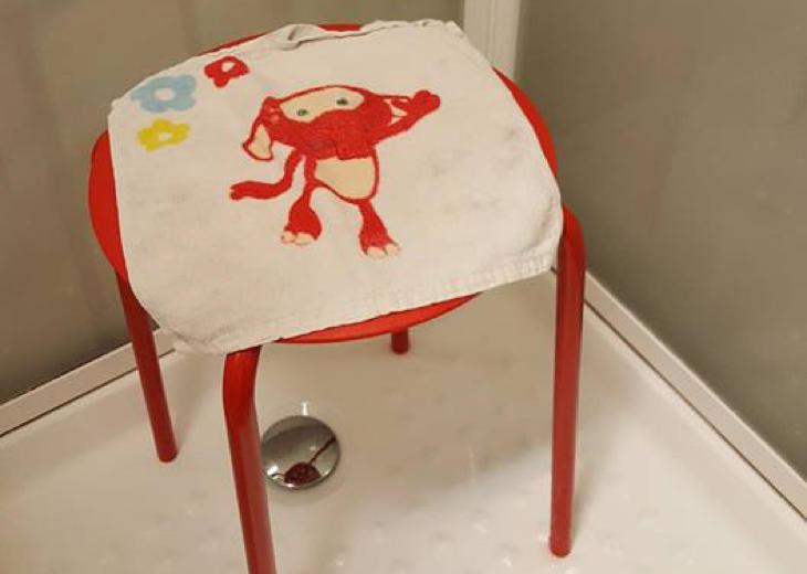 Claus decidió cubrir el taburete con una totallita de un elefante (Facebook)