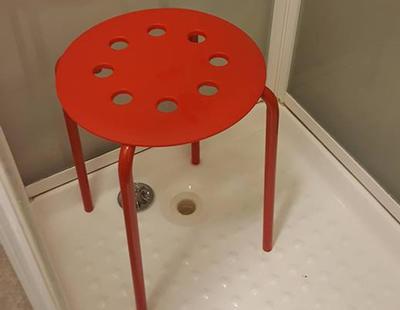 La divertida queja a Ikea del hombre al que se le atascó un testículo en el agujero de un taburete