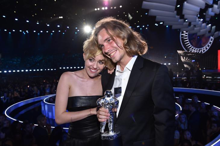 Miley Cyrus con Jesse, el joven sin hogar que recogió el premio