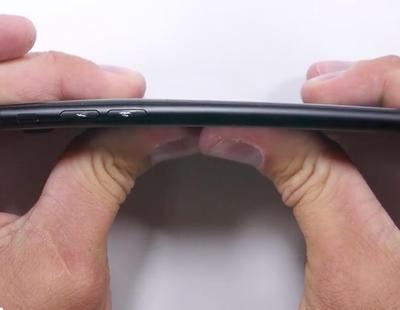 Hay gente probando si el iPhone 7 se dobla como el iPhone 6
