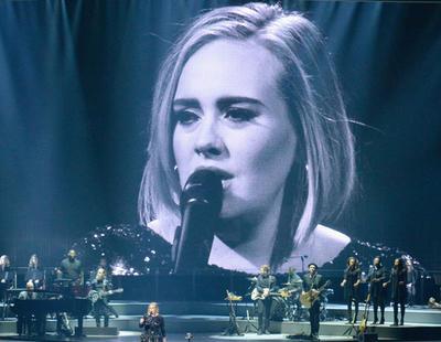 Adele dedica un concierto a Brangelina mientras las redes la toman con Marion Cotillard